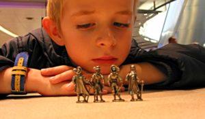 мальчик с фигурками